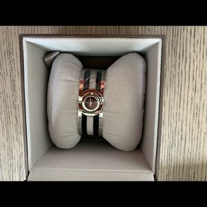 GUCCI model 112 Twirl Stainless/Black Watch Women